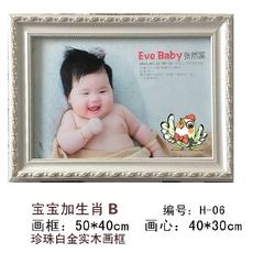 Вышитая картина с изображением ребенка