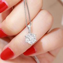 セント百宝石象眼細工1カラットのダイヤモンドのペンダント基効果の女性モデルの鎖骨のチェーン18Kゴールド6個の爪ダイヤモンドネックレス